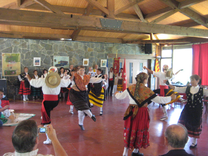 Coros y Danzas de Becerril dansant  jotes a El Prat Verd