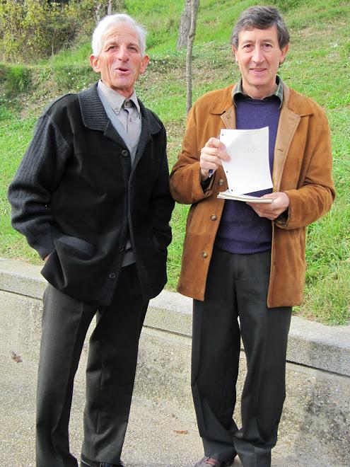 En Josep de Pratdesaba i l'Adjutori de la Fàbrica ensenyant la llista de la Rifa de l'Oca
