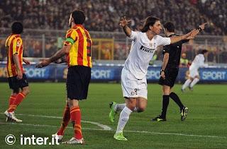 Zlatan Ibrahimovic, striker Inter Milan, saat bertanding melawan Lecce