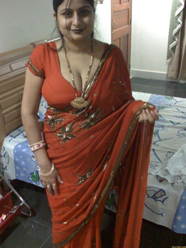 Desi masala Aunty in saree boobs show