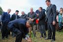 Cesion de terrenos. Binner planta primer arbol