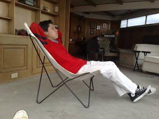 chico-sentado-en-silla