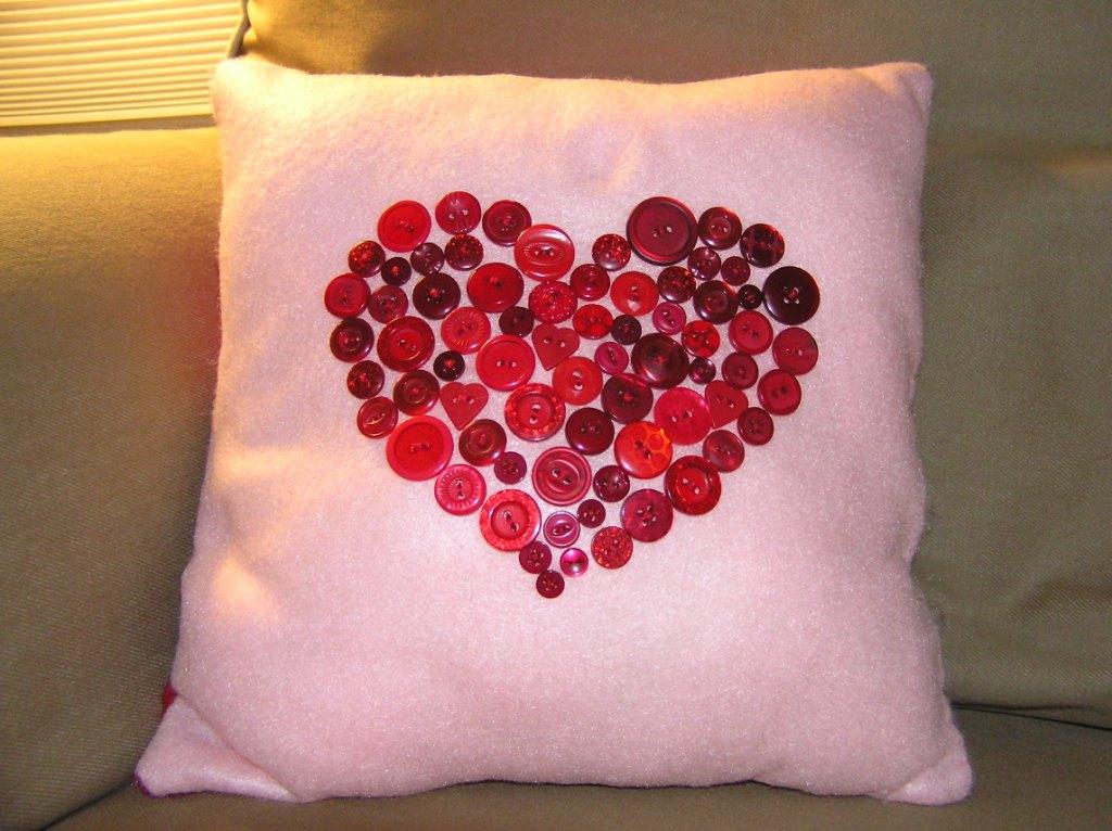 Cojin con corazon de botones la casita de mabely gabitos - Como hacer cojines originales ...