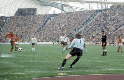 Нескенс пробивает по воротам на чемпионате Мира в 1974 году