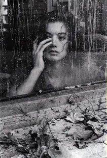 mujer mirando tras la ventana