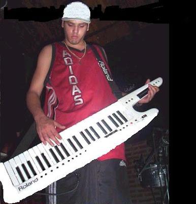foto de nestor en bloque en un recital tocando el teclado