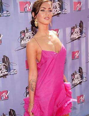 foto de megan fox preciosa con vestido rosa en los premios MTV