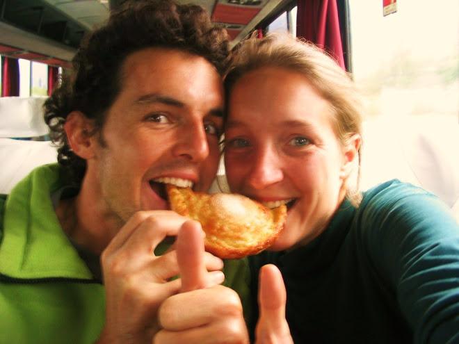 sandrine y ghislain saborean una empanada de queso y manzana