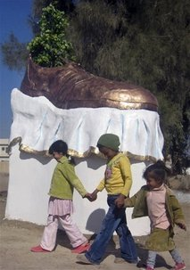 [capt.aee7564373ab43d798197127f518dff5.iraq_shoe_sculpture_bag101]