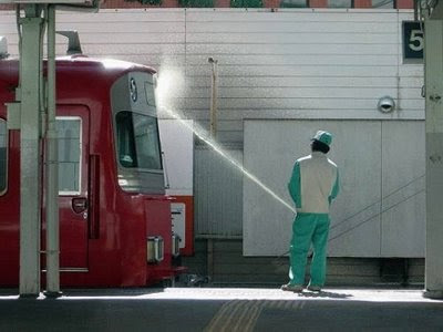 Crazy Funny Photos: Cleaning a Train with Your Big Hose