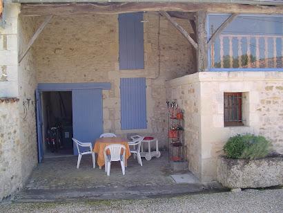 Terrasse abritée devant le chai