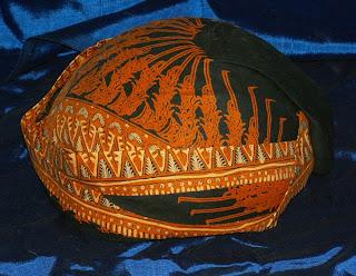 http://4.bp.blogspot.com/_y66VFJYuDCo/R6LlVu7V_gI/AAAAAAAAAAM/BsAlJ-qUbuk/s320/Blangkon.jpg