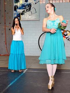 Sara cantando, e Aline dançando na ponta dos pés