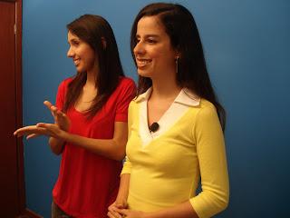 Sara e Rafaela Sessenta, intérprete de libras, em gravação no estudio do Telelibras.