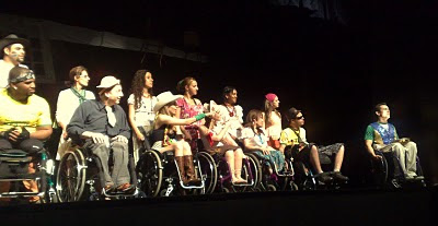 Elenco do musical Filhos do Brasil durante ensaio no palco