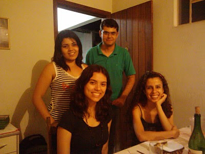 Quatro Bentes sorridentes à mesa
