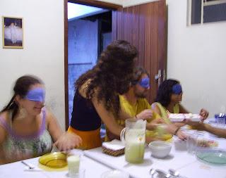 Sara servindo aos amigos Ângela, Danilo e Vânia, vendados