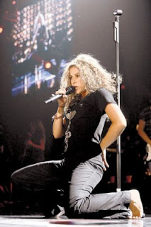 Shakira descalza durante un concierto