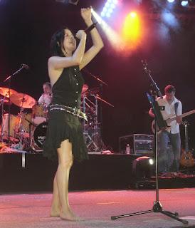 Andrea Corr. La artista Irlandesa no solo sale descalza en casi todos sus conciertos, sino que lo ha llegado a hacer con zapatillas de peluche