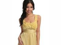 Sarı renk çıtı pıtı bir genç kız modeli