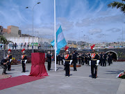Uno de los momentos más emotivos. Se iza la bandera de la República . se estã¡ izando la bandera argentina