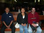 Los Rev. Padres Julio y José junto a una amiga de la Iglesia Vetero, Viky