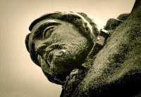 Primer plano del rostro del monumento a Cristo Rey en Lisboa. Una estatua de 28 metros de altura ubicada sobre una plataforma de 75 metros a la orilla del río Tajo.