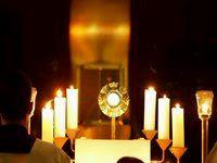 Imagen de la custodia en un acto de adoración eucarística