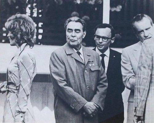 El beso de Breznev y Honecker. Jill-st-john-brezhnev-and-nixon