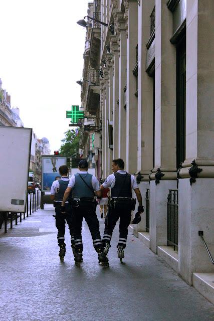 Roller blading gendarmes, paris
