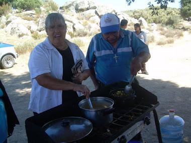 Mirella y Jesus cocinando