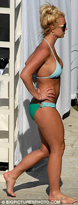 Britney showed off her curves in a Sexy green bikini