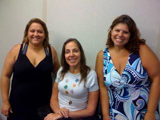 Mary sorrindo de vestido preto, Mara Gabrilli e Márcia de vestido florido.