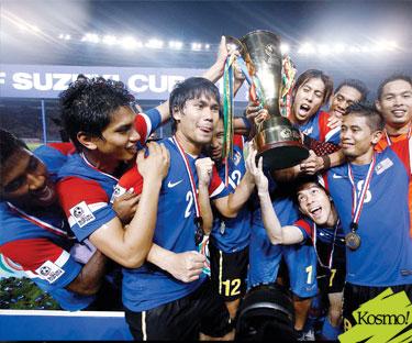 Pemain-pemain Bola Sepak Malaysia meraih kemenangan setelah bergelar