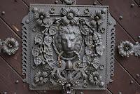 Pompézie - Za dveřmi