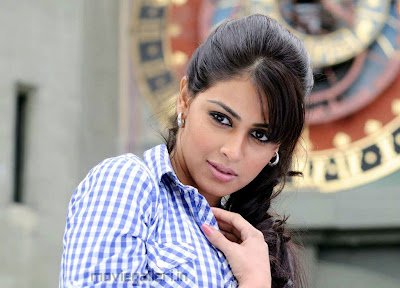 Actress genelia in uthama puthiran superb wallpapers
