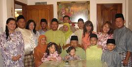 Datuk Aklee bersama keluarga