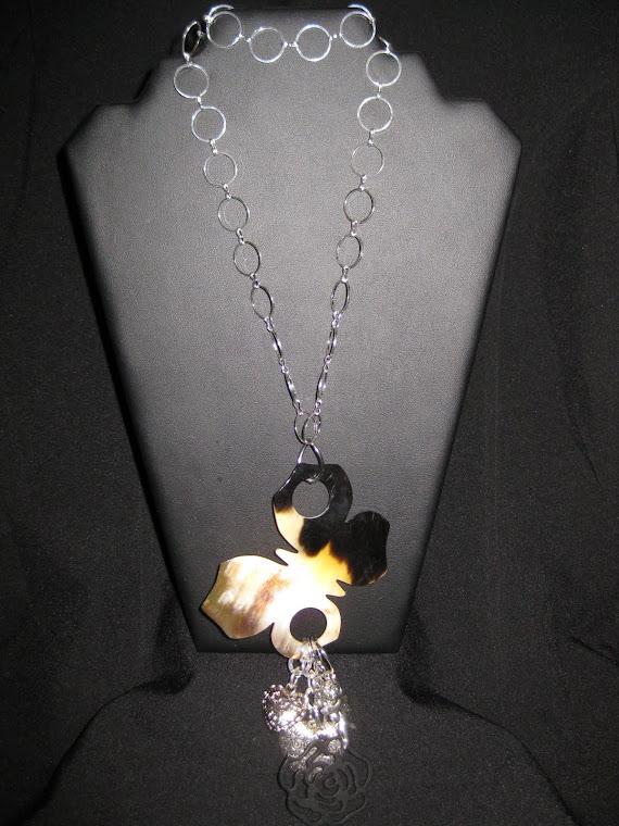 C12093 Collar Cadena y Mariposa de cuerno