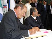 Jacques Chirac signe le livre d'or