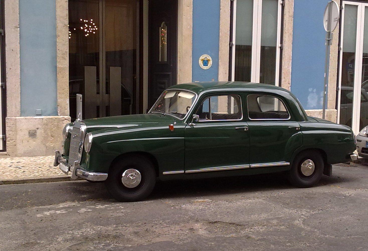 Mercedes 180D verde em Lisboa