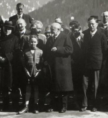 Paul Tillich (re) en Einstein (achter meisje) tijdens conferentie in Davos op 28 maart 1928