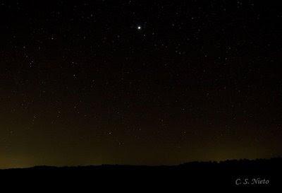 Júpiter al Este, y luces de los pueblos cercanos en el horizonte
