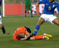 Felipe Melo pisando no Robben