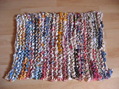 riciclo il tessuto ci faccio un tappeto. Black Bedroom Furniture Sets. Home Design Ideas