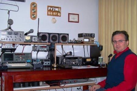 RUBENS - PY2IN em sua bela estação com o IC-718