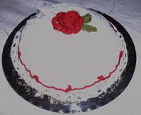 Liten vit virkad tårta