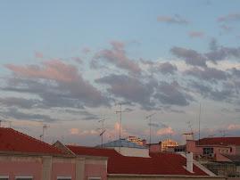 O céu sobre os telhados de Lisboa