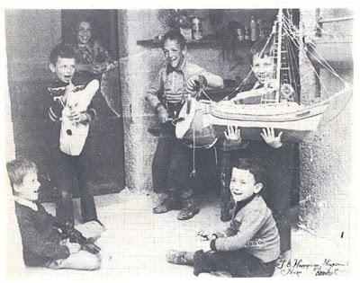 Παιδιά της Νάξου λένε τα κάλαντα κρατώντας το παραδοσιακό καραβάκι τους