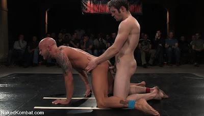 Nacktringen vor Zuschauern