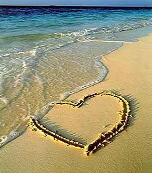 coracao desenhado na areia